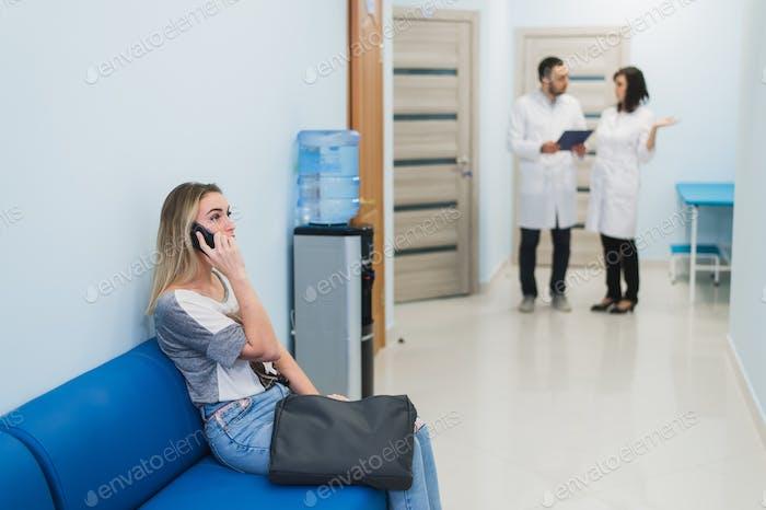 Frau Patient wartet im Krankenhaus Ärzte Wartezimmer
