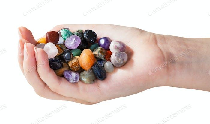 Handvoll mit verschiedenen Edelsteinen isoliert