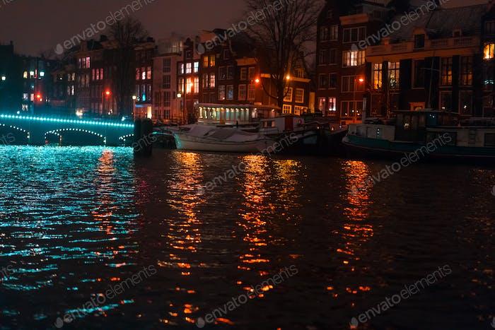 Nachtbeleuchtung von Gebäuden und Booten im Kanal.