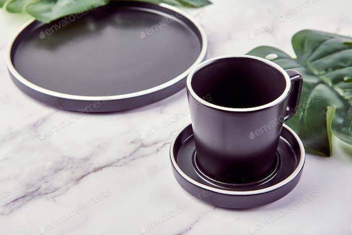 Set von modernen trendigen Tellern und Kaffeetasse auf Marmor Hintergrund.