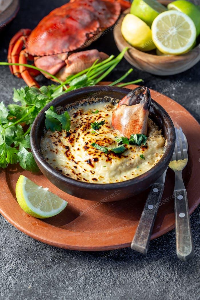 CHILEISCHE FOOD. Gebackenes Krabbenfleisch mit Käse, Sahne und Brot