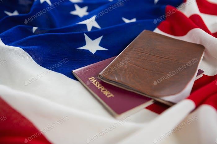 Pasaporte y visado en una bandera americana