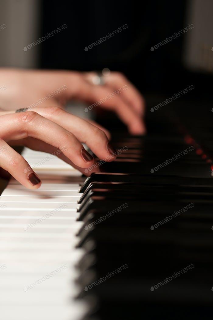 Hände eines Klavierspielers