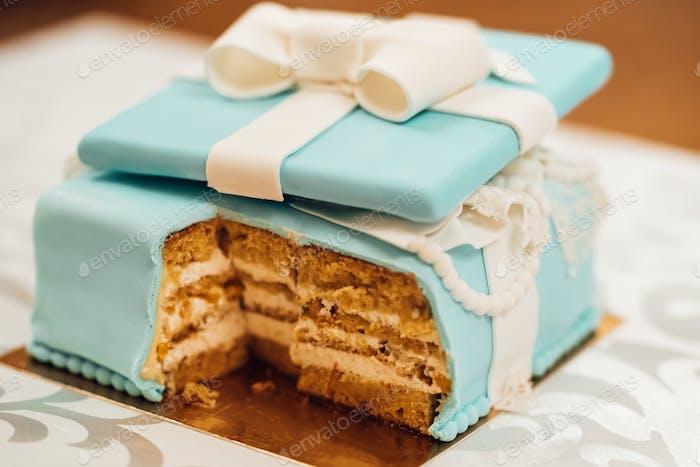 Hochzeitstorte mit türkisfarbenen Kuchen