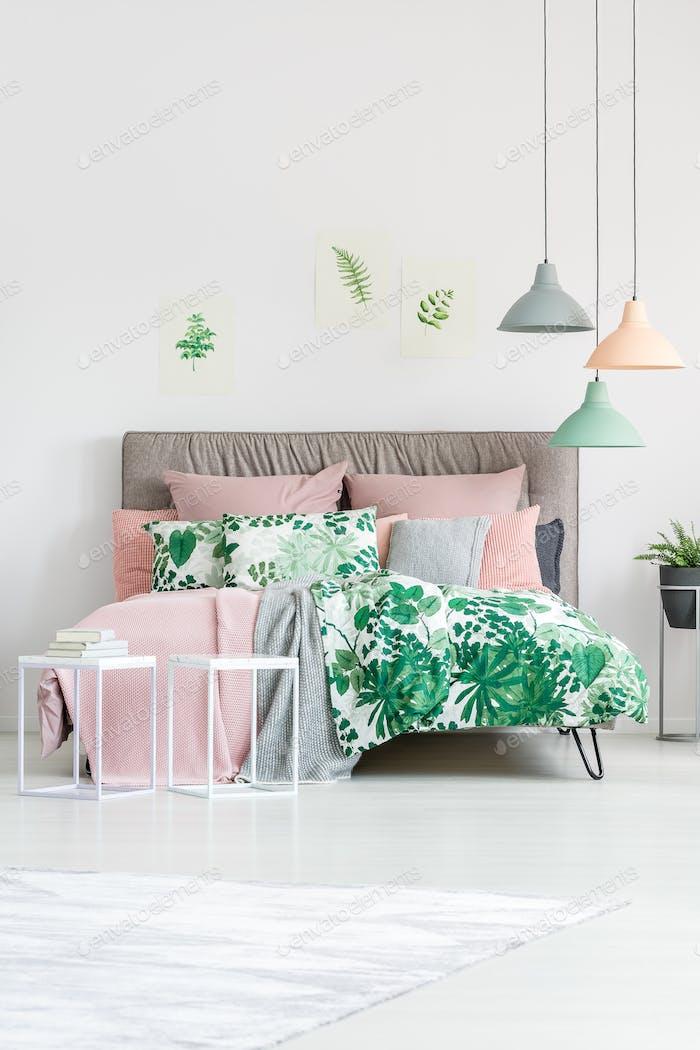 Ropa de cama floral en cama tamaño king