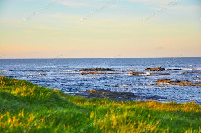 Sunny Cliffs of Kilkee in Irland County Clare Sunset. Touristische Destination