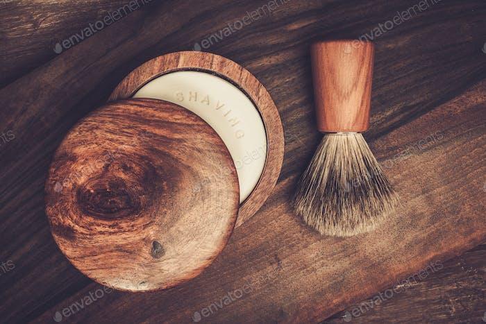 Brocha de afeitar y jabón sobre un Fondo de De madera de lujo