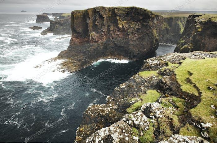 Schottische Küstenlandschaft in Shetlandinseln. Schottland. UK. Horizontal