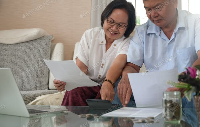 Elderly couples check income and expenses in the home.