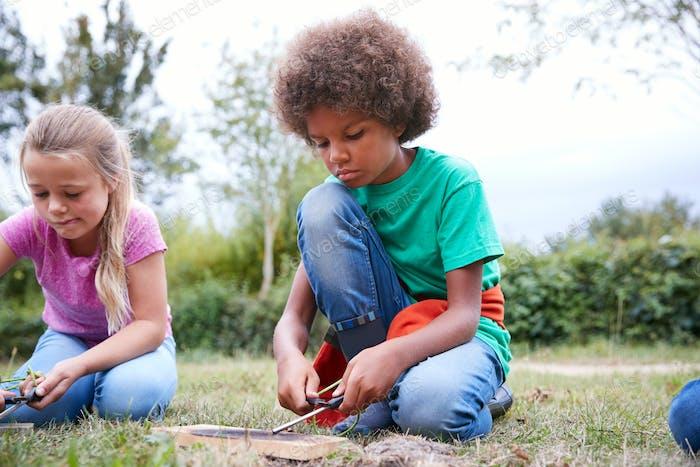 Zwei Kinder Auf Outdoor-Camping-Trip Lernen Wie man Feuer macht