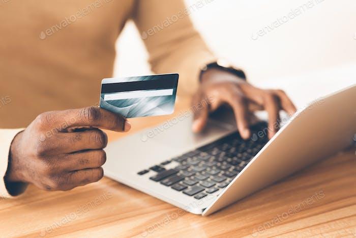 Afro Manager Einkäufe mit Laptop-Computer tätigen
