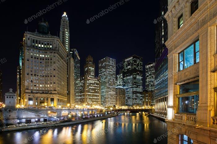 Chicago River in der Abenddämmerung