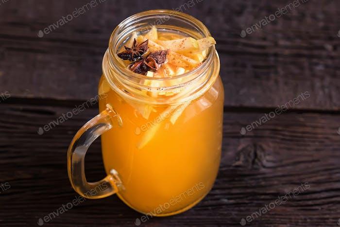 Nahaufnahme Glas mit leckeren gesunden Apfelpunsch