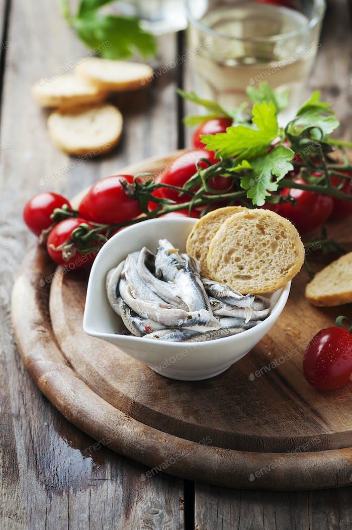 Italienische traditionelle Sardellen mit Brot und Tomaten