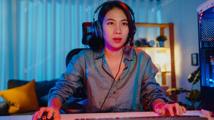 chica gamer usar la participación de auriculares juego de Vídeo juego de colores luces de neón ordenador.