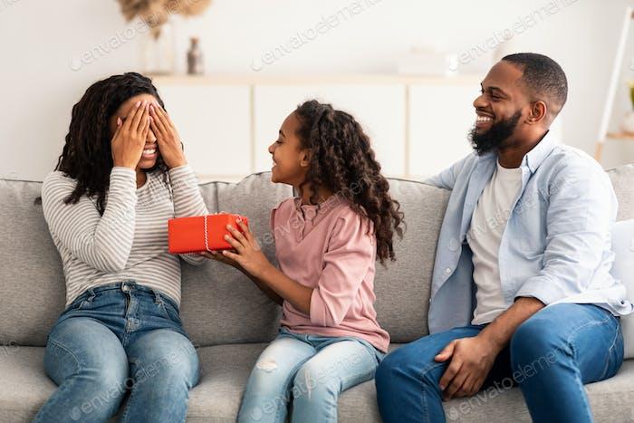 Schwarzes Mädchen feiert Muttertag, grüßt Mama