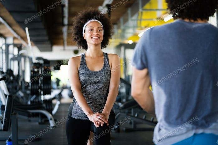 Bild des fröhlichen Fitnessteams im Fitnessstudio