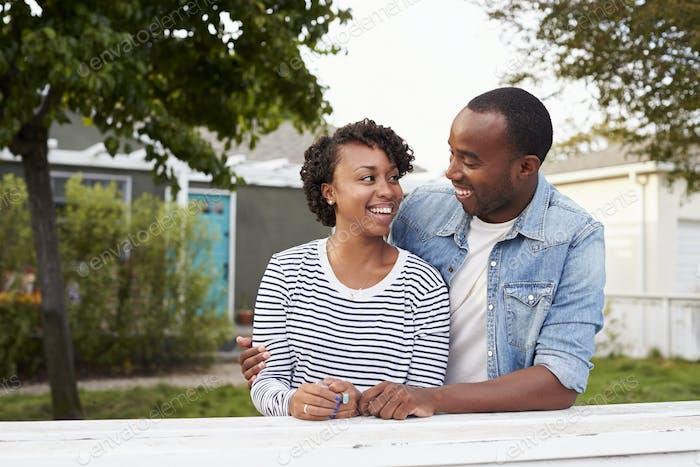 Afroamerikanisches Paar vor ihrem neuen Haus