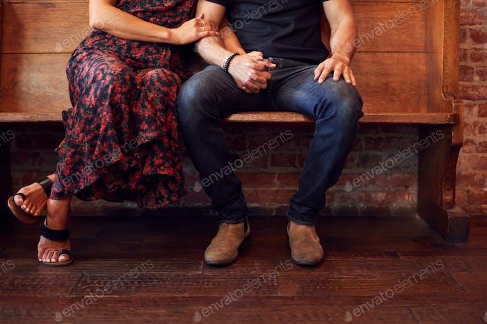Nahaufnahme auf Füße der gleichen Geschlecht paar halten Hände sitzen auf Bank zusammen
