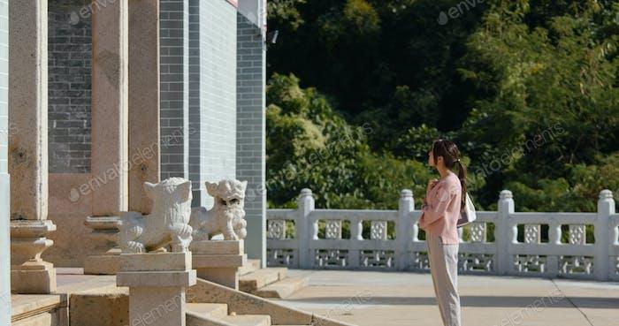 Frau besuchen chinesischen Tempel in Hong Kong