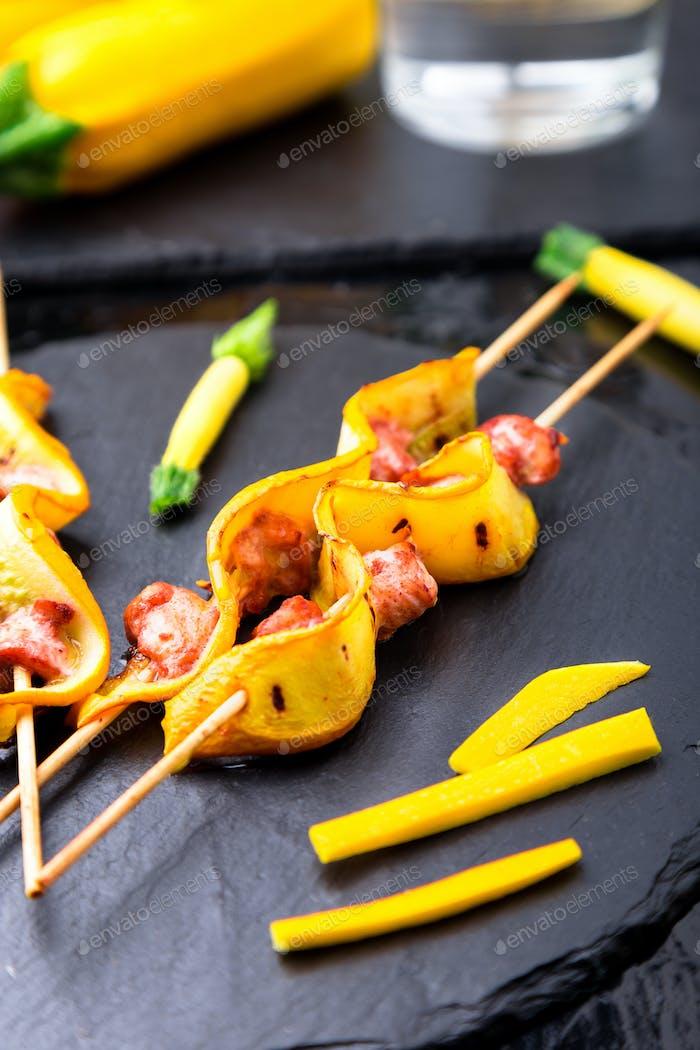 Zucchini und Hähnchenkebab