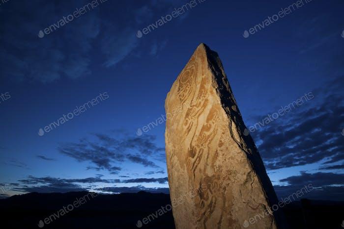 Hirschstein Marker, ein stehender Stein mit Markierungen und Inschriften in der Mongolei