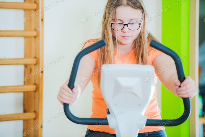 Teenage auf Heimtrainer