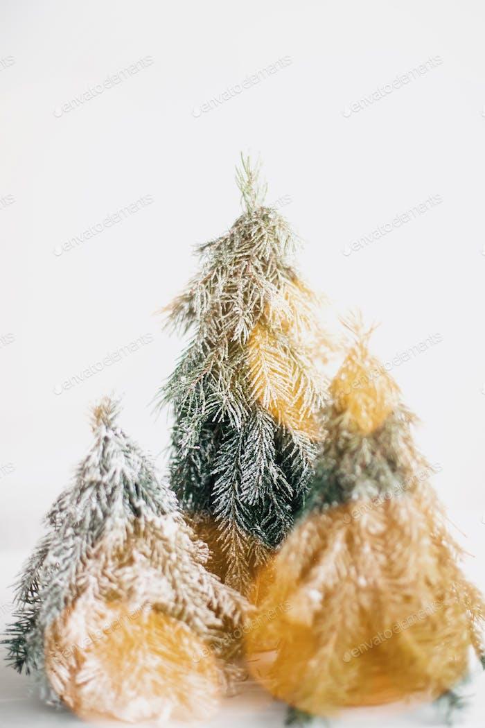 Frohe Weihnachten! Weihnachtsszene, Miniatur-Winterwald mit Lichtern