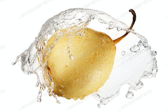 Gelbe Birne im Spritzer Wasser