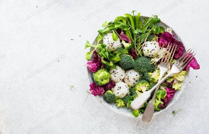 Gemüsesalat mit Reis