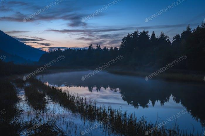 Nebel Fluss am Morgen