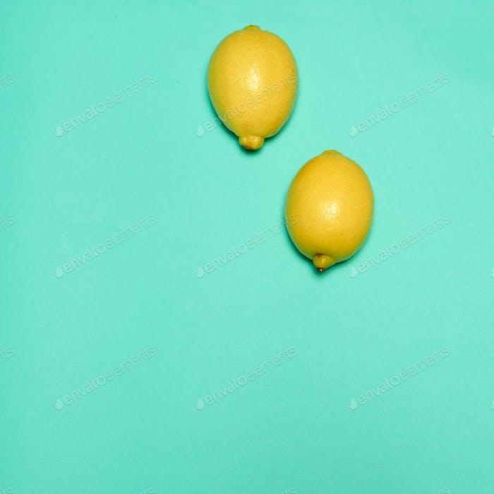 Лимоны на синем фоне