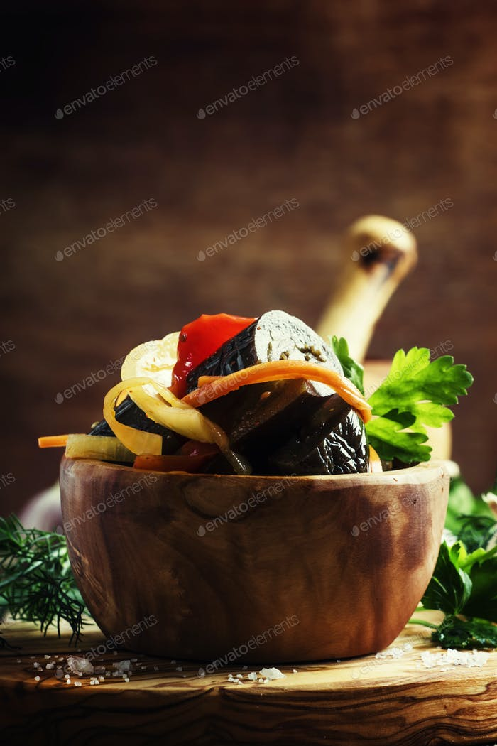 Salat mit Auberginen, Zwiebeln und Paprika