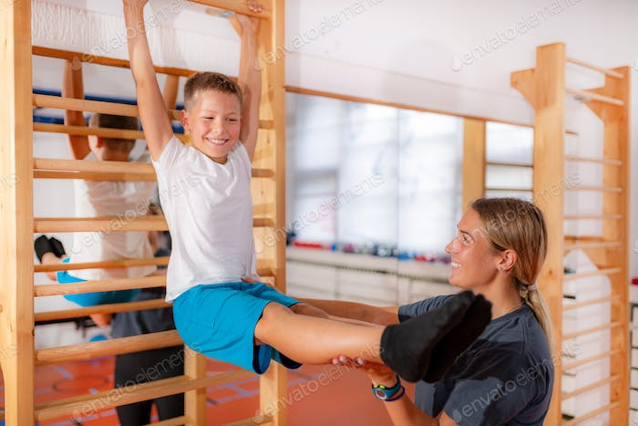 Isometric exercises on Swedish ladders, strengthening of abdominal muscles