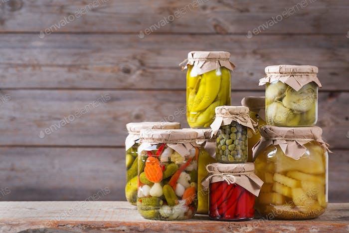Hausgemachte Konserven und fermentierte Lebensmittel, eingelegtes und mariniertes Gemüse