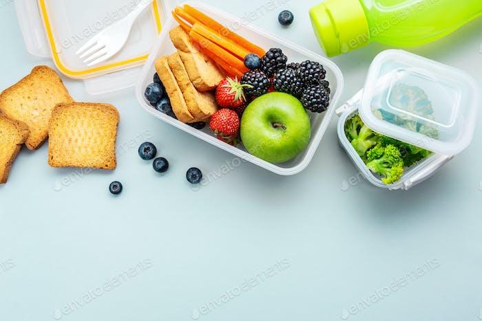 Gesundes Mittagessen in Lunchbox verpackt