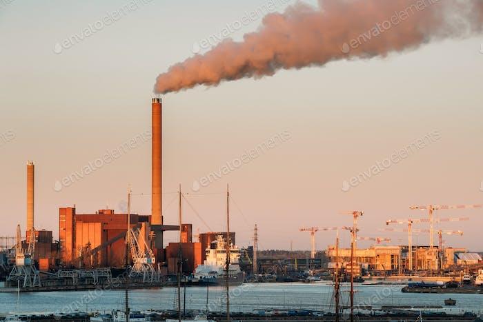 Helsinki, Finnland. Abend Sonnenuntergang Blick von Industrial Zone von Han