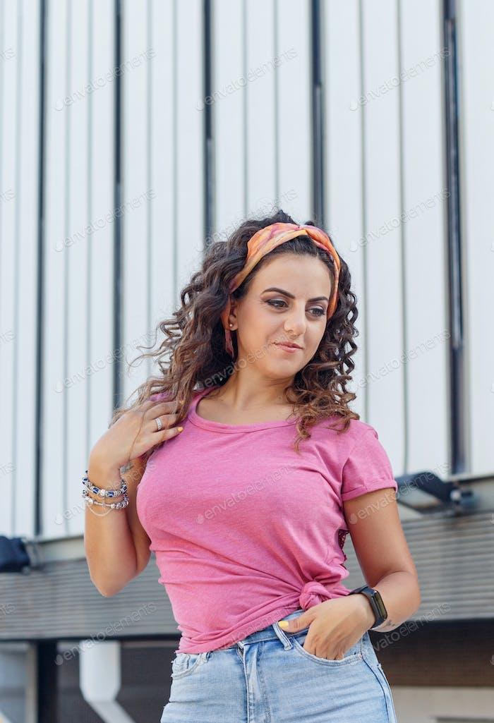 Platzieren Sie es - Junge Frauen tragen T-Shirt und Jeans bleiben auf der Straße