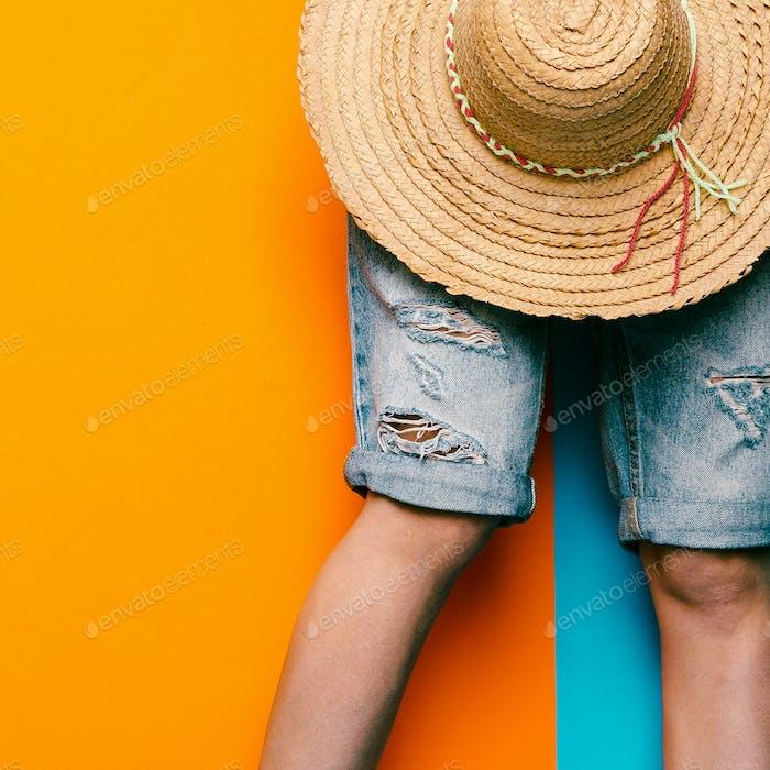 Denim-Shorts und Strohhhut. minimaler Stil urban fashion