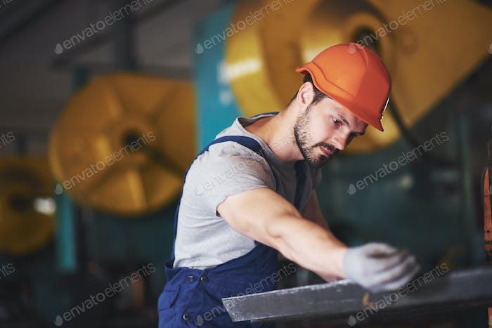 Porträt eines jungen Meisters, der in einer Fabrik arbeitet