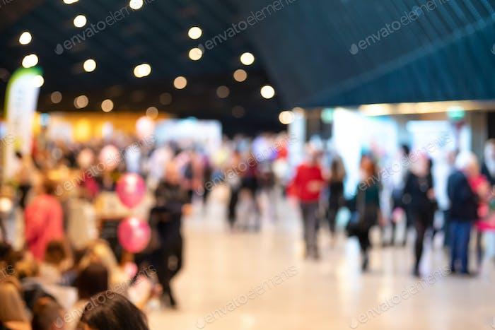Verschwommene Menschenmenge in modernem Interieur während der Veranstaltung