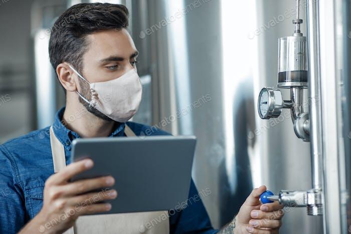 Moderne Geräte zur Verwaltung von Kleinunternehmen in der Fabrik