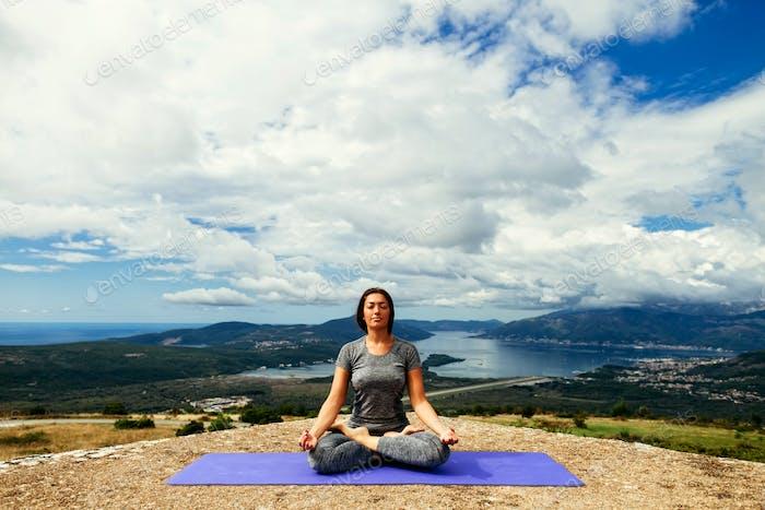 Frau Yoga Entspannung in ruhiger Landschaft