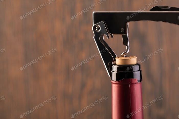 Korkenzieher und Flasche Wein