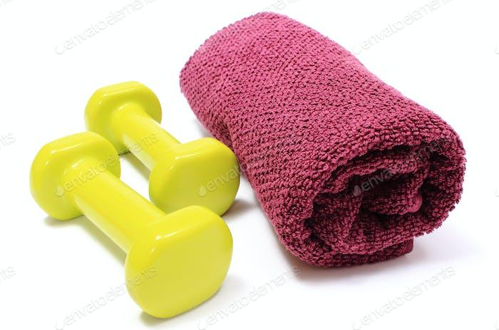 Hanteln und Handtuch für den Einsatz in Fitness