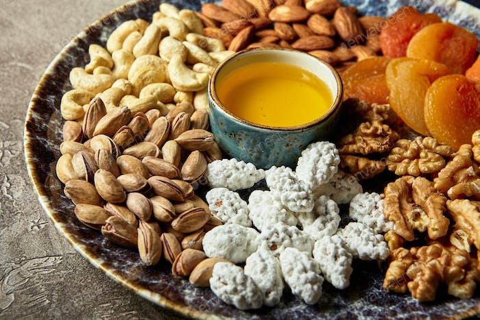 Verschiedene Nüsse und getrocknete Früchte im orientalischen Stil auf einer Platte
