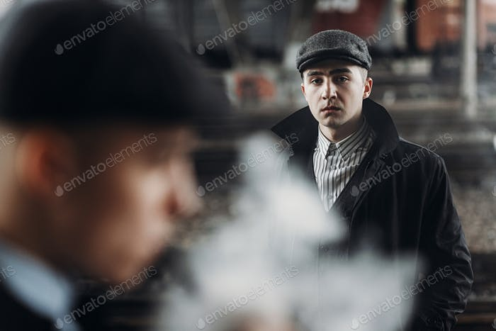 Жестокие гангстеры позируют на фоне железной дороги