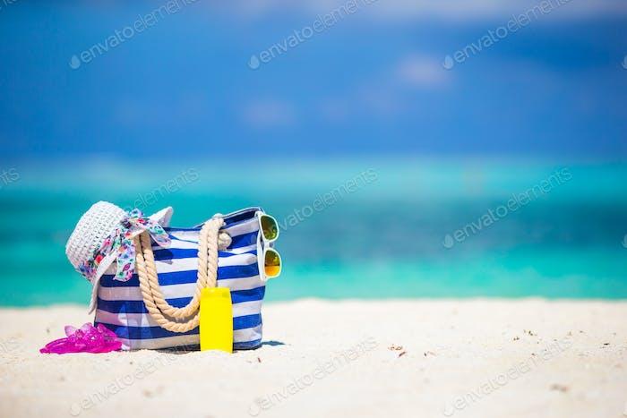 Strandzubehör am weißen tropischen Strand