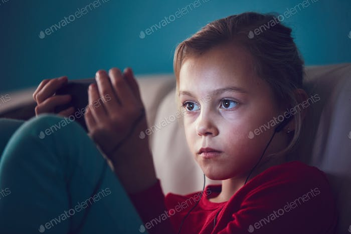 Chica viendo teléfonos Inteligente