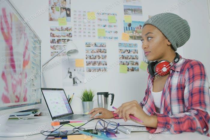 Stilvolle junge Frau arbeitet im Büro